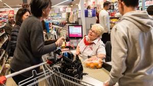 """""""Darfs noch ein bisschen Bargeld sein?"""". Die Gespräche an der Supermarktkasse dauern jetzt wieder länger."""