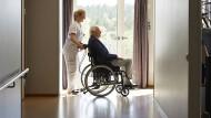 Für einen Heimplatz müssen die Pflegebedürftigen und ihre Kinder durchschnittlich 1.830 Euro im Monat selbst beisteuern.