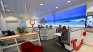 Längere Beratung im Reisebüro: Eine EU-Richtlinie fordert mehr Aufklärung vor der Urlaubswahl.