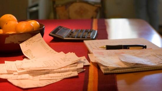 Spaß macht es wenig, dafür hilft es, Geld zu sparen: Das Haushaltsbuch