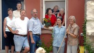 """Gesundheit und Gemeinschaft sind für Menschen ab 50 wichtig. Hier eine Wohngemeinschaft """"50plus"""" vor ihrem Anwesen in Darmstadt."""