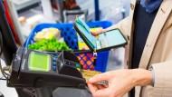 Bargeld oder Karte: Was geht schneller?