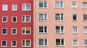 Immobilien bringen in etwa so hohe Rendite wie Aktien. Doch der Kauf ist für Privatkäufer eine große Investition.