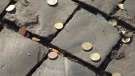 Wenn das Geld für die Vorsorge auf der Straße liegt: Viele Arbeitnehmende wissen zu wenig über die Möglichkeit, mit vermögenswirksamen Leistungen vorzusorgen.