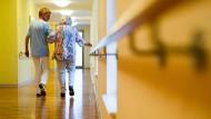 Es kann jeden treffen: Pflege im Alter ist eine teure Sache – doch viele wissen das nicht.