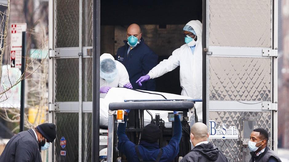 Aus einem New Yorker Krankenhaus wird ein Leichnam mit einem Gabelstapler in einen Kühllastwagen befördert.