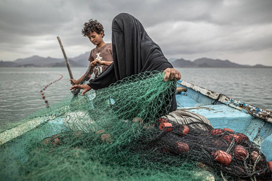 An diesen Netzen hängt die Existenz: Mutter und Sohn beim Fischen, fotografiert von Pablo Tosco