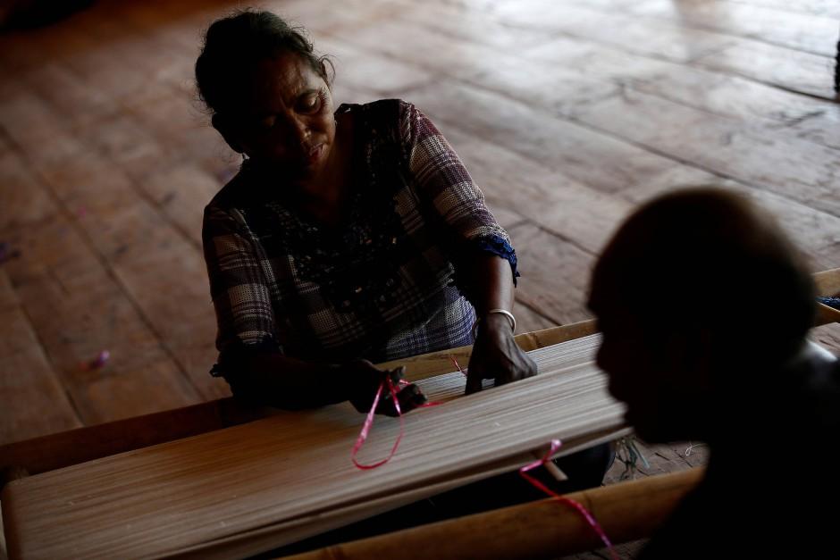 Maria Babang Noti und ihr Ehemann Thomas Tay Ranjawali bereiten sich darauf vor, im Atma La Kanatang, ihrem Webhaus, ein traditionelles Sumba Ikat-Textil von Hand zu weben.