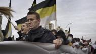 """Nawalnyjs langer Weg: Der Oppositionelle beim """"Russischen Marsch"""" vor Flaggen des Russischen Imperiums am 4. November 2011 in Moskau"""