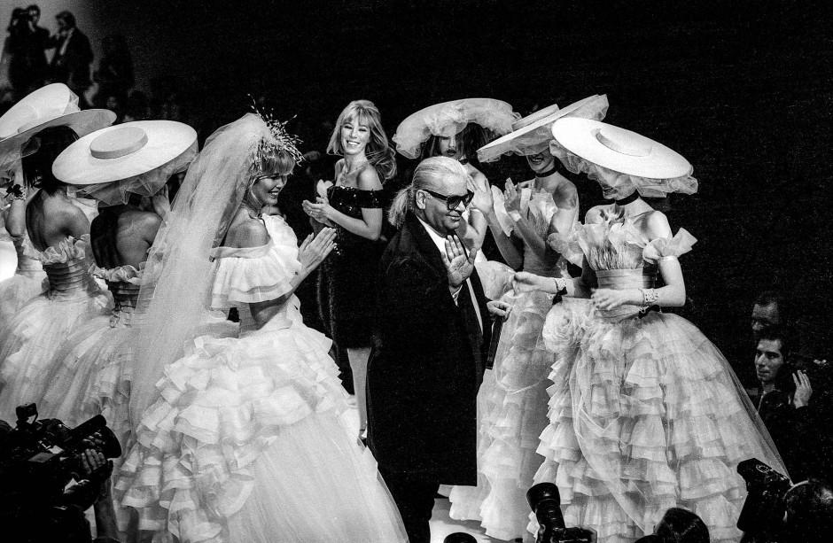 Ein Jahr später: Auch 1995 trat Claudia Schiffer in Chanel-Mode von Lagerfeld auf, diesmal im Grand Hotel.