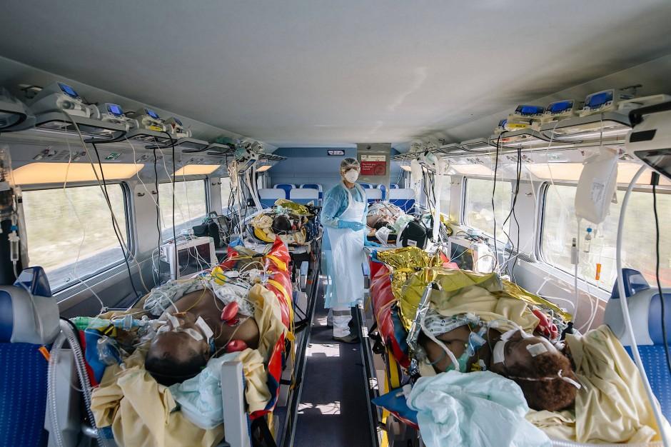 Covid-19-Patienten werden in einem umgerüsteten TGV-Zug nach Bordeaux und Poitiers transportiert.