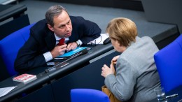 Der fleißige Herr an Merkels Seite