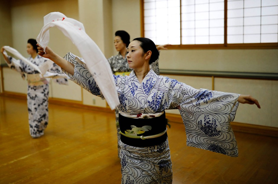 Mayu, Maki und Koiku üben ihre Tänze.