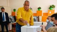 Bulgariens langjähriger Ministerpräsident Bojko Borissow gibt am 11. Juli seine Stimme in einem Wahllokal in Sofia ab.