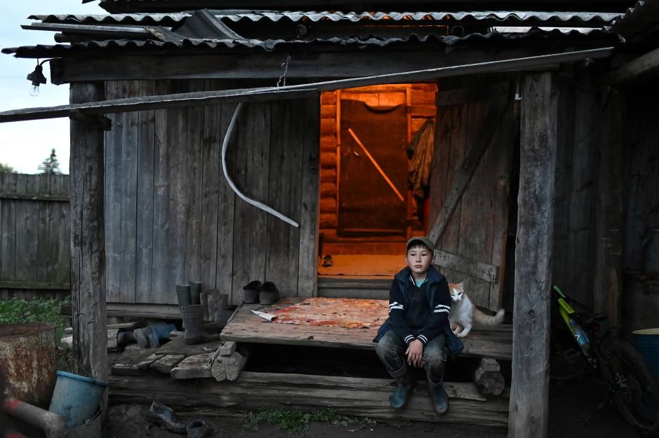 Ravil Izhmukhametov sitzt auf den Stufen seines Elternhauses in Sibilyakovo.