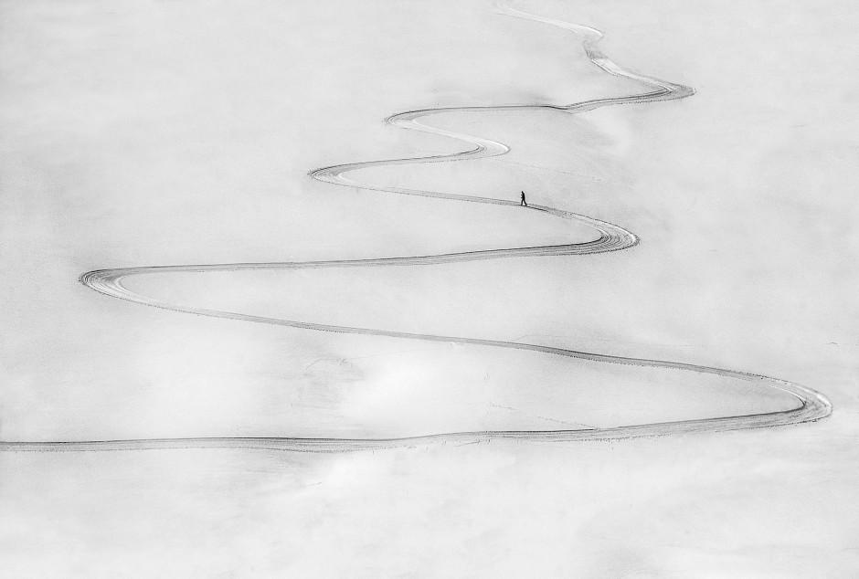 """""""Auf eigenen Wegen"""", so der Titel der Fotografie von Peter Svoboda, ist dieser Cross-Skiläufer beim Besteigen eines Berges in der Slowakei."""