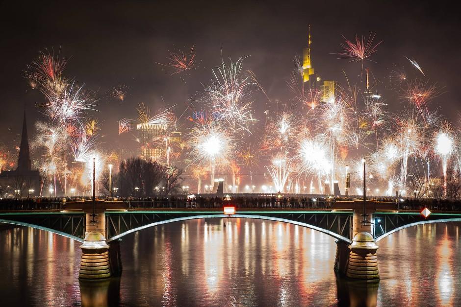 Darf in keiner Chronik fehlen: Feuerwerk vor Frankfurter Skyline am 01.01.2020.