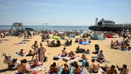 Hochbetrieb am Strand in Bournemouth am Dienstag. Versammlungen von bis zu sechs Menschen sind nun erlaubt.