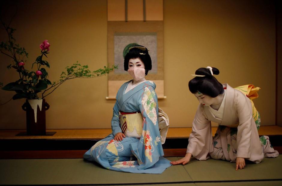 Mayu richtet Koikus Kimono, bevor die Feier im Luxusrestaurant Asada startet.