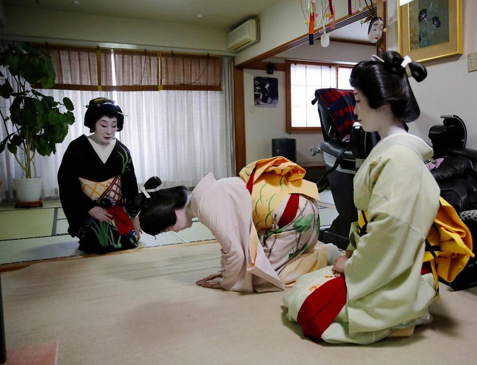 Die zwei jungen Geishas Mayu und Maki verbeugen sich vor der älteren Ikuko, bevor sie gemeinsam auf einer Feier für Unterhaltung sorgen.