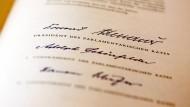 Faksimile des Ur-Grundgesetzes der Bundesrepublik Deutschland von 1949, unterzeichnet vom Konrad Adenauer (CDU), Präsident des Parlamentarischen Rates und seinen Vizepräsidenten Adolph Schönfelder (SPD) und Hermann Schäfer (FDP).