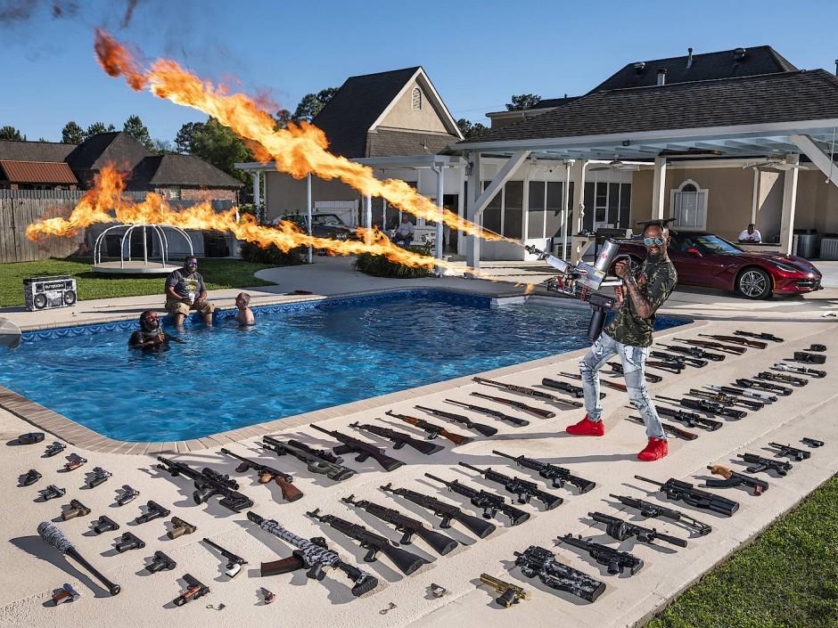 Früher Marine, heute Poser: Torrell Jasper mit seinem Waffenarsenal am Pool seines Hauses in Schriever, Louisiana