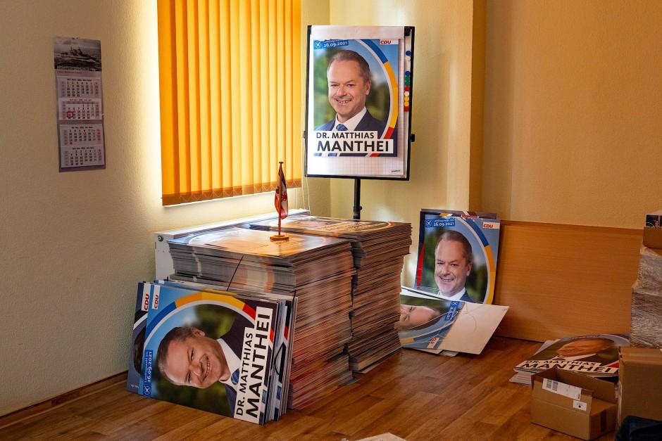 Aufräumen ist angesagt: Wahlplakate des CDU Politikers Matthias Manthei in dessen Wahlkreisbüro in Anklam