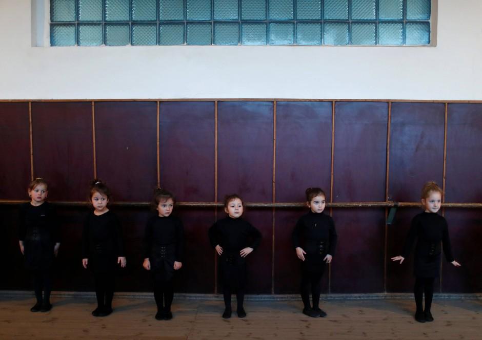 Mädchen besuchen einen Tanzkurs in Tkibuli.