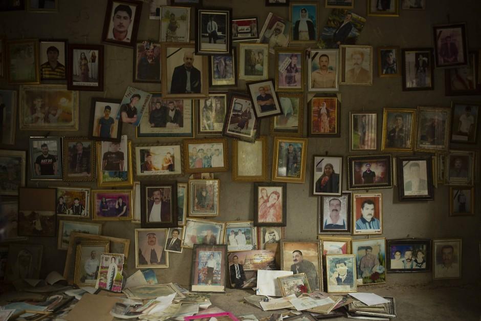 Die Porträts zeigen Jesiden, die 2014 vom Islamischen Staat ermordet wurden. Sie befinden sich in einem kleinen Raum des Tempels von Lalisch, Irak