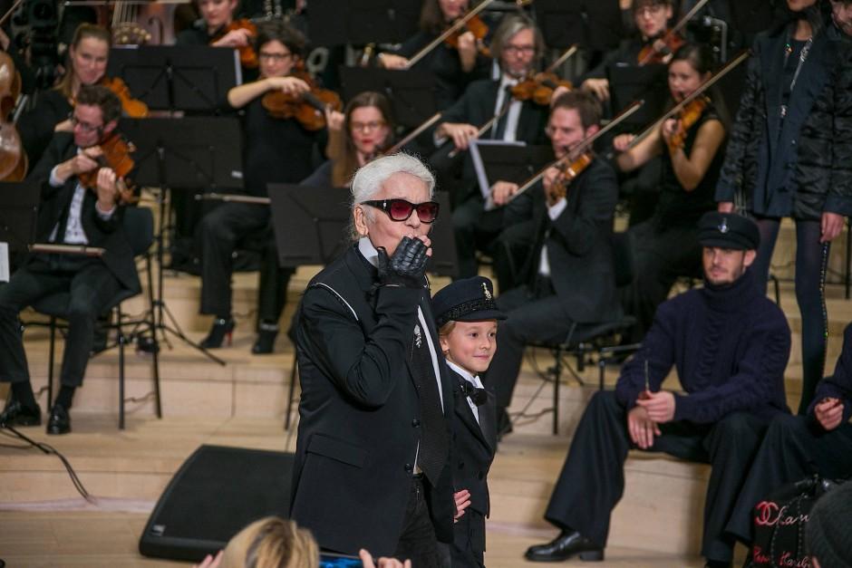 """Wie immer vor außergewöhnlicher Kulisse: Karl Lagerfeld zeigt im Dezember 2017 in der Hamburger Elbphilharmonie seine exklusive """"Métiers d'Art""""-Kollektion für Chanel."""