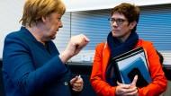 Angela Merkels stoische Zurückhaltung hat auch Vorteile: Annegret Kramp-Karrenbauer könnte sich im Moment eine Scheibe davon abschneiden.
