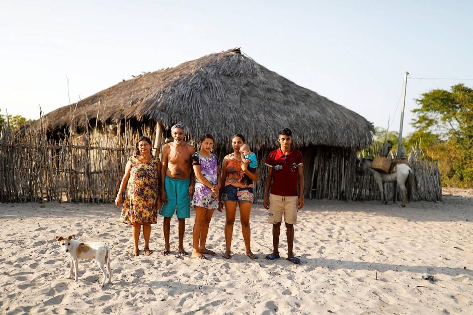 Familie da Luz vor ihrem Haus in Morro do Veridiano. Von links nach rechts: Maria da Luz, ihr Mann Raimundo Ferreira, ihre Kinder Ida, Maria (mit ihrem Baby) und Pedro.