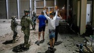 Junge Migranten und spanische Sicherheitskräfte am 18. Mai in Ceuta