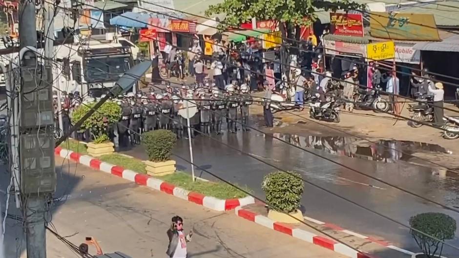 Polizisten und Demonstranten am Freitag auf den Straßen von Bago, Myanmar