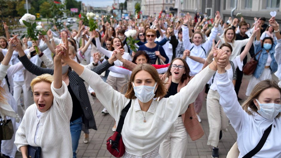 Am Mittwoch bildeten weiß gekleidete Frauen in Minsk Menschenketten zum Protest gegen die Gewalt der Einsatzkräfte.