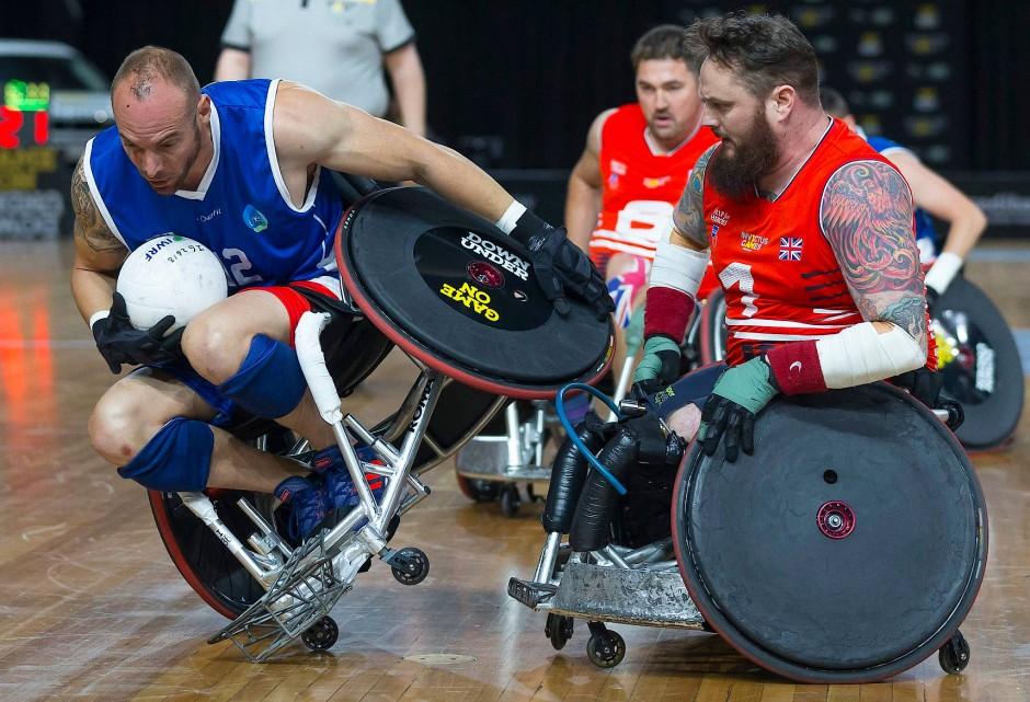 Der Franzose Benjamin Bouquet verliert hier die Kontrolle über seinen Rollstuhl beim Rugby Match zwischen Frankreich und Großbritannien.