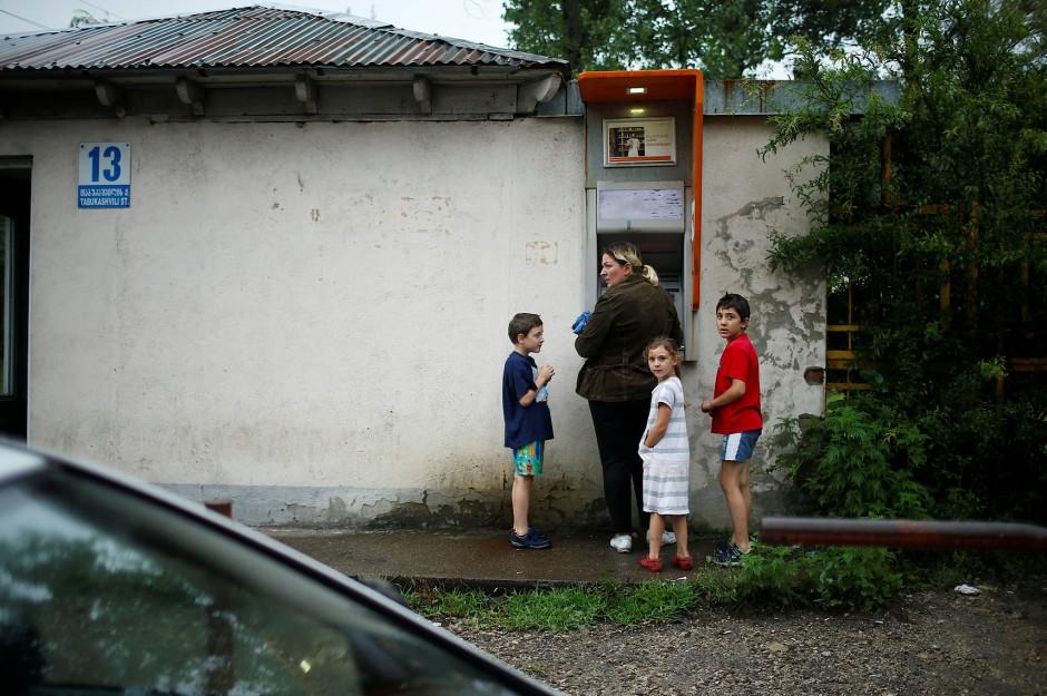 Am Eingang zur Kohlegrube ist ein Geldautomat installiert.