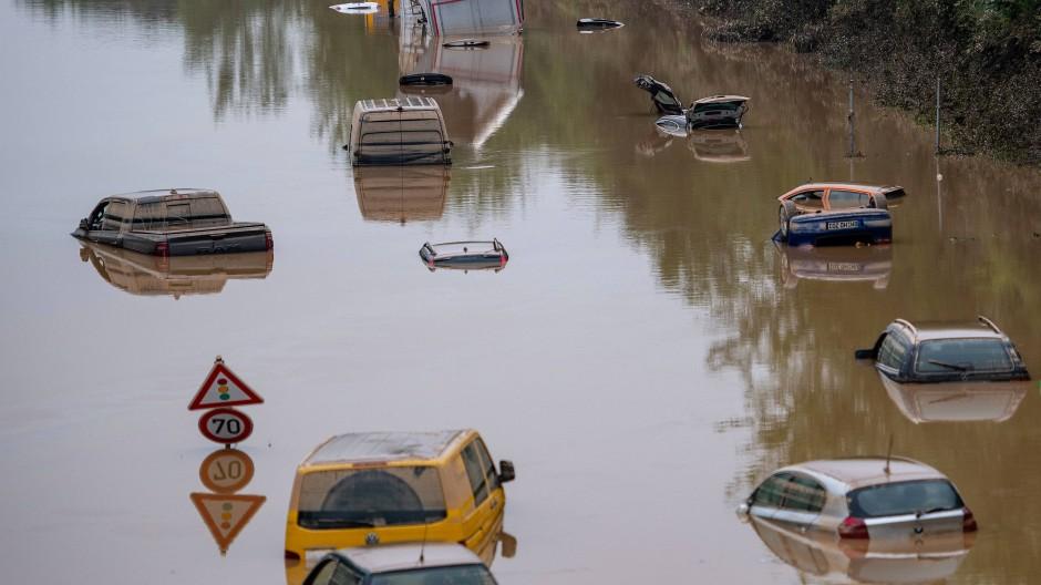 Autos stehen bei Erftstadt auf der überfluteten Bundesstraße 265 im Wasser.