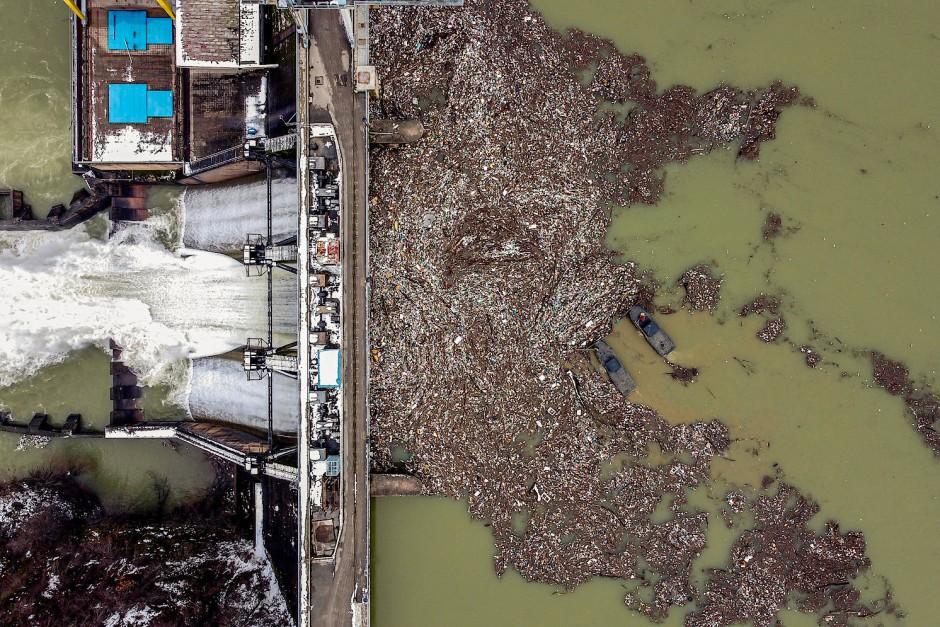 Auf dem serbischen Stausee Potpecka versuchen Arbeiter, dem Müll Herr zu werden.