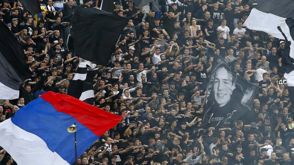 Fans beim Pokalhalbfinale zwischen Roter Stern und Partisan Belgrad am 10. Juni.