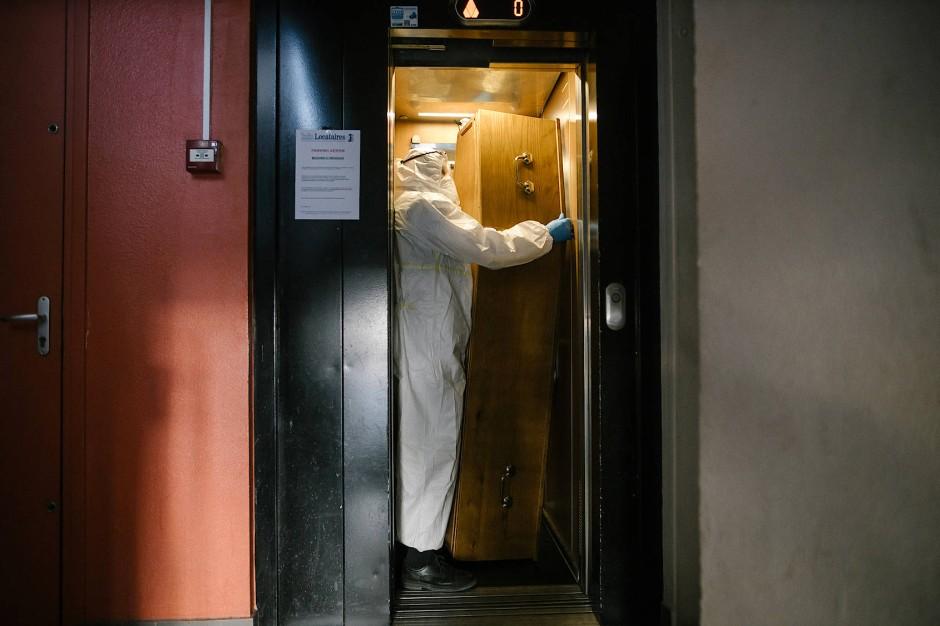 In einem Apartment-Komplex der französischen Stadt Pantin wird ein Sarg mit dem Aufzug vom fünften Stock nach unten gebracht.