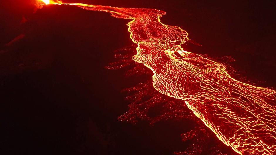 Lava fließt aus einem Riss am Hang des Vulkans Kilauea auf  der zu Hawaii gehörenden Insel Big Island im Pazifischen Ozean.
