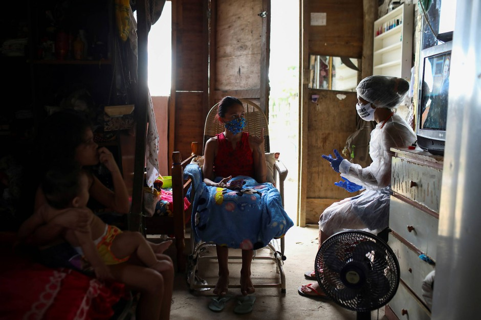 Vanda (rechts) spricht mit Sabrina de Sales Benzaquem, die sich möglicherweise mit Covid-19 infiziert hat.