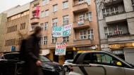 Transparente gegen den Verkauf des Hauses und für die Ausübung des Vorkaufsrechts durch den Bezirk in der Anzengruberstraße in Berlin-Neukölln