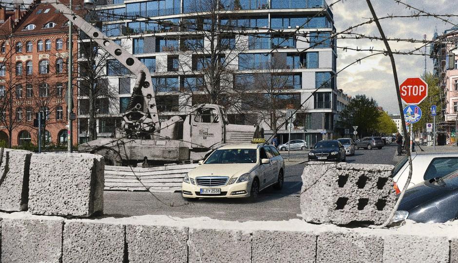 Kreuzberg angrenzend an Mitte, Adalbertstraße/Ecke Bethaniendamm: Während der Zeit der Teilung Berlins wurde die Adalbertstraße zwischen Bethaniendamm und Engeldamm durch die Mauer unterbrochen. An der Ecke zum Engeldamm, damals Fritz-Heckert-Straße, wurde am 9. April 1969 der 28-jährige Johannes Lange bei einem Fluchtversuch von zwei Postentürmen aus beschossen und getötet.