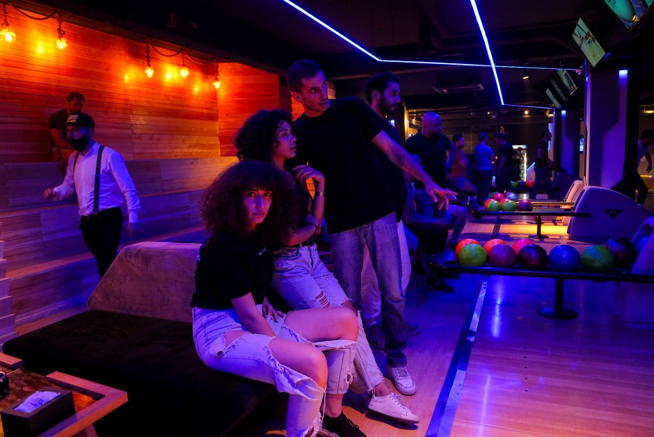 Ghenwa geht mit ihren Freunden bowlen in Damaskus.