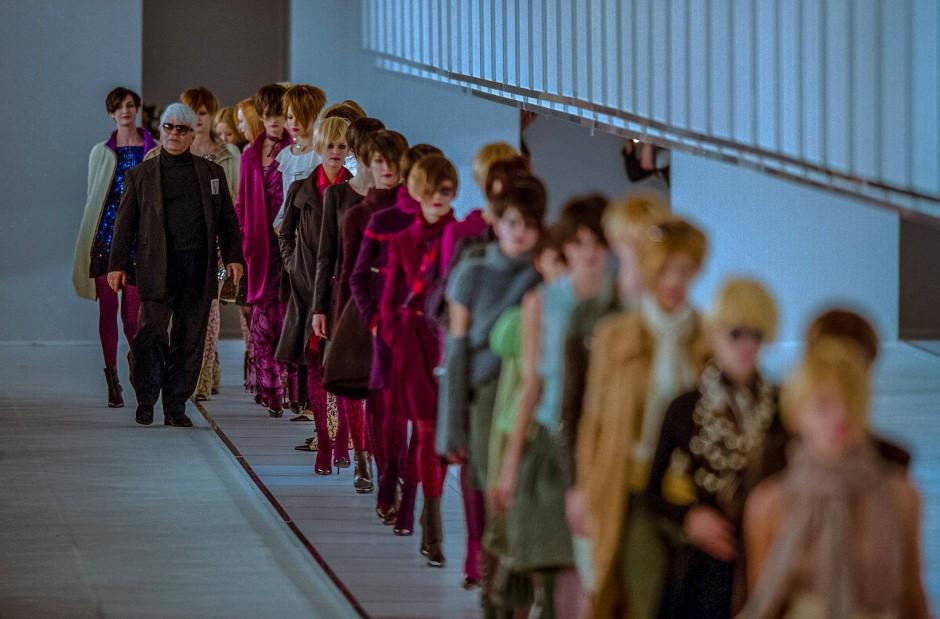 Karl Lagerfeld in seiner dicken Phase: der Designer mit seinen Models  beim Fendi-Defilee im März 1999