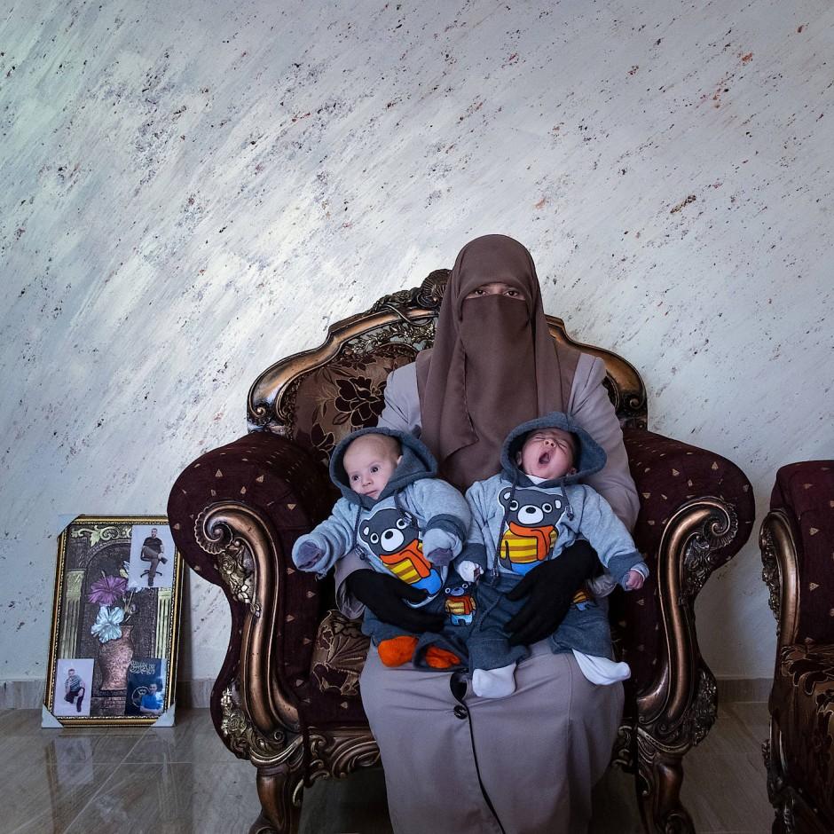 World Press Photo Story of the Year: Amma Elian, deren Mann seit 2003 eine lebenslange Haftstrafe absitzt, mit ihren Zwillingen, fotografiert von Antonio Faccilongo