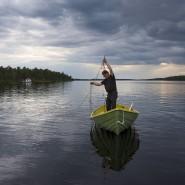 Aimo, ein Fischer vom indigenen Volk der Samen, auf dem Inari-See in Finnland, aus dem der Pasvik entspringt. Für Jahrhunderte lebten die Samen in dieser Region allein.