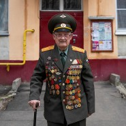Der 100 Jahre alte Bagayev posiert in Uniform vor seinem Wohnhaus im nördlichen Moskau.